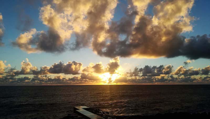 Spectaculaire lucht bij zonsondergang