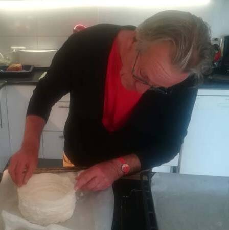 finishing touches to a cake by Noud